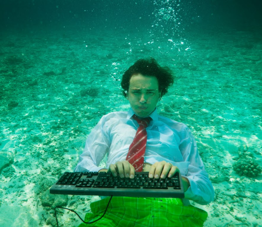 manunderwaterwithcomputer2