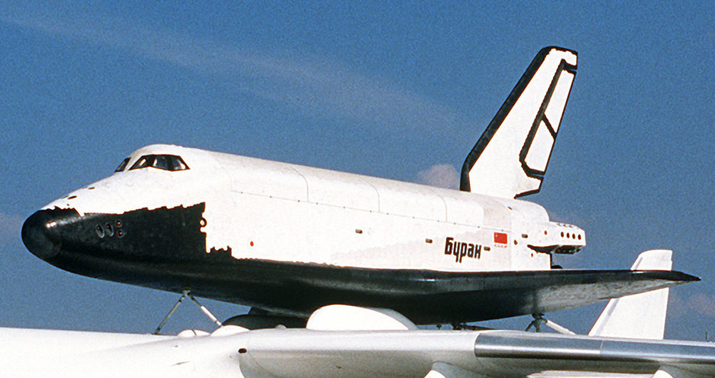 Buran on An 225 Le Bourget 1989 cropped